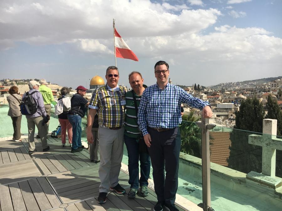 Martin mit Freunden auf der Terrasse des Österreichischen Hospiz in Jerusalem