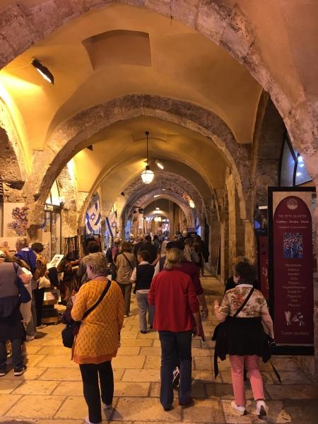 Alte Arkadengänge in der Altstadt von Jerusalem mit zahlreichen Geschäften