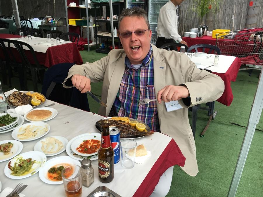 Martin Blechinger freut sich auf den köstlichen Petrusfisch, der vor ihm auf dem Teller liegt