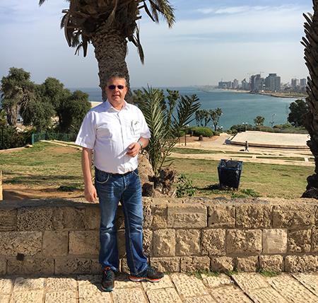 Foto Martin in einem Park - im Hintergrund das Meer und die Skyline von Tel Aviv
