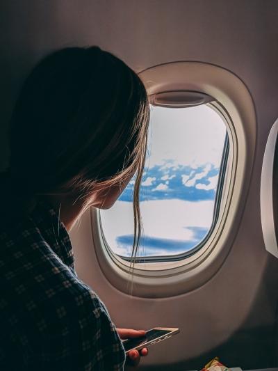 Jessi freut sich schon sehr darauf Dubai zu entdecken - Blick aus dem Flugzeug
