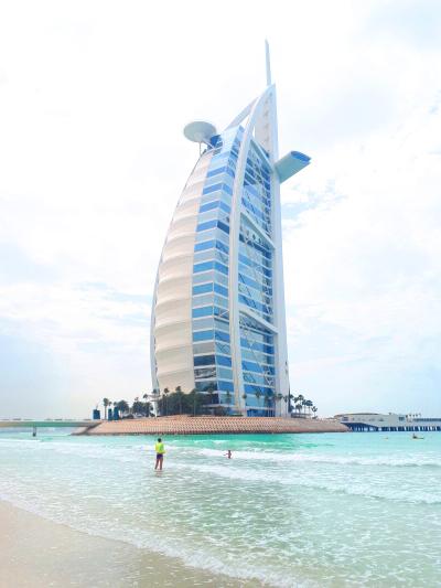 Das 6-Sterne-Hotel Burj-Al-Arab - dem ersten Wahrzeichen von Dubai vom Strand aus gesehen