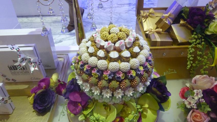 In der Dubai Mall gefunden: Buntes Konfekt farblich sortiert zu einem großen Ball kunstvoll zusammengesteckt