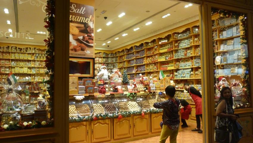 Blick in ein Geschäft für Süßigkeiten - Regale vom Boden bis zur Decke befüllt mit allerlei Köstlichkeiten - ein wahres Naschparadies in Dubai entdecken