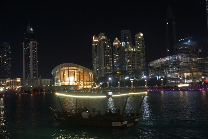 Fahrt durch die Dubai Marina - vorbei an gigantischen Bauwerken