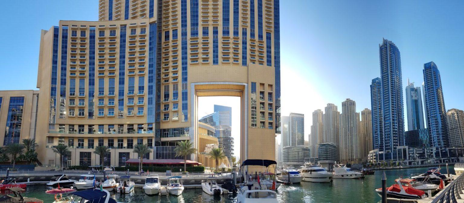 Hochhaus mit Durchblick auf andere Häuser in der neu erbauten Dubai Marina