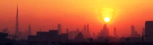 Silhouette von Dubai im orangeroten Licht des Sonnenunterganges