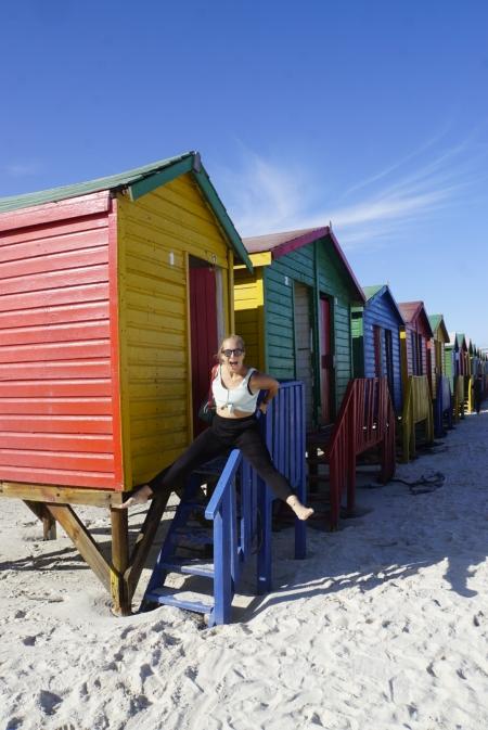Jessi auf dem Geländer eines Strandhäuschens am Muizenberg Beach