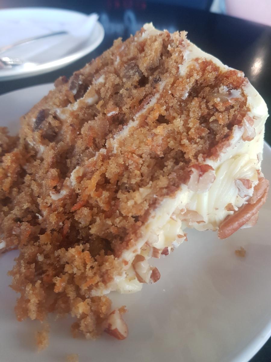 Ein Stück Karottenkuchen, der an der Garden Route unbedingt verkostet werden muss