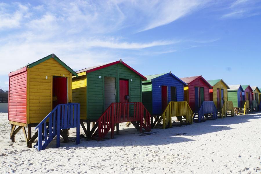 Bunte Strandhäuser am Muizenberg Beach in Südafrika