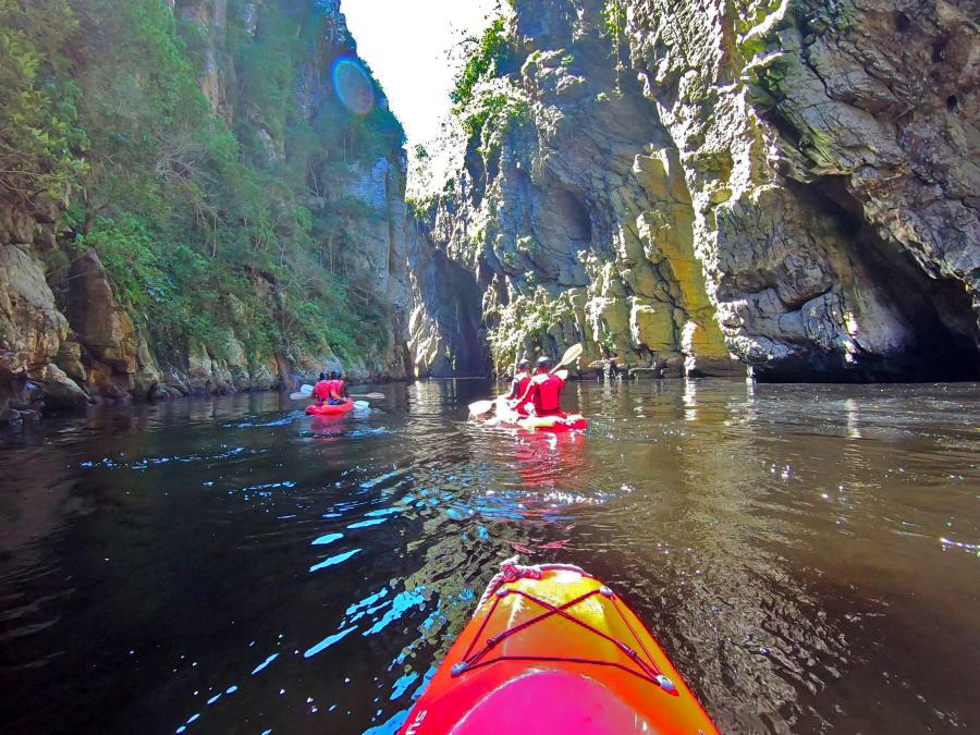 Kajak-Tour am Storms River - links und rechts ragen meterhohe Felswände auf und bieten eine spektakuläre Kulisse