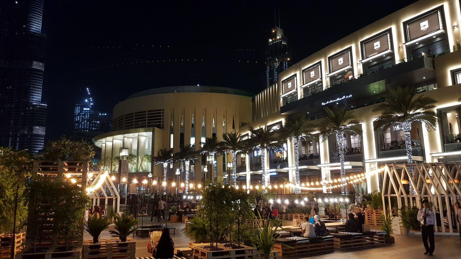 Außenbereich der Dubai Mall - wunderschön beleuchtet und mit zahlreichen Möglichkeiten, sich auszuruhen