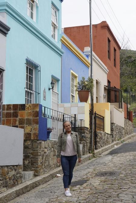Jessica in einer Straße mit kleinen Häuschen