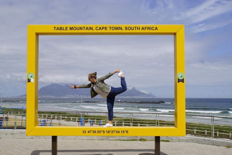 Gelber Rahmen, in dem Jessica steht und bildlich auf den Tafelberg greift