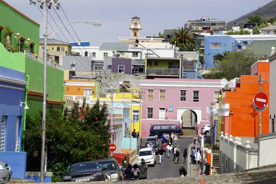 Straße mit bunten Häusern in Kapstadt, Südafrika