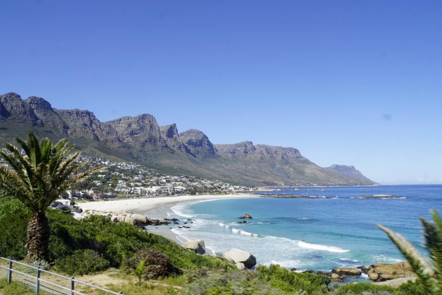 Blick auf einen Stadtteil von Kapstadt während der Busfahrt
