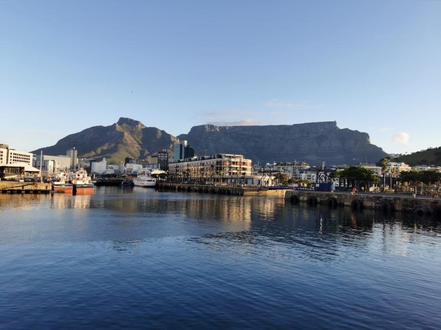Blick auf die Waterfront in Kapstadt mit Tafelberg im Hintergrund