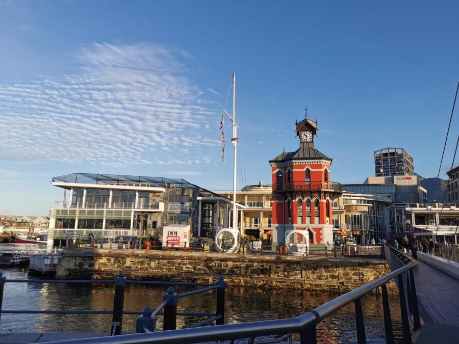 Der alte rote Glockenturm an der Waterfront