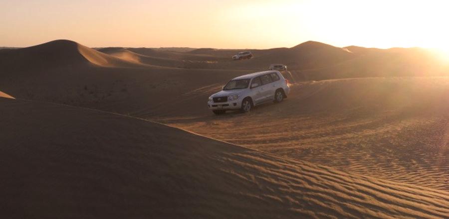 Jeeps in der Wüste auf der Fahrt zu einem Camp