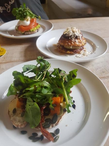 """3 Teller mit herrlichen Frühstücksgerichten - Lokal """"Saucisse"""" am Gelände der """"Old Biscuit Mill"""""""