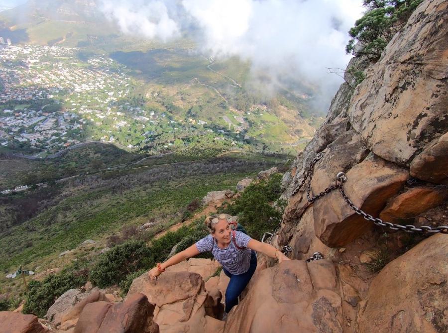 Jessi klettert über eine Felswand auf den Lions Head, Kapstadt