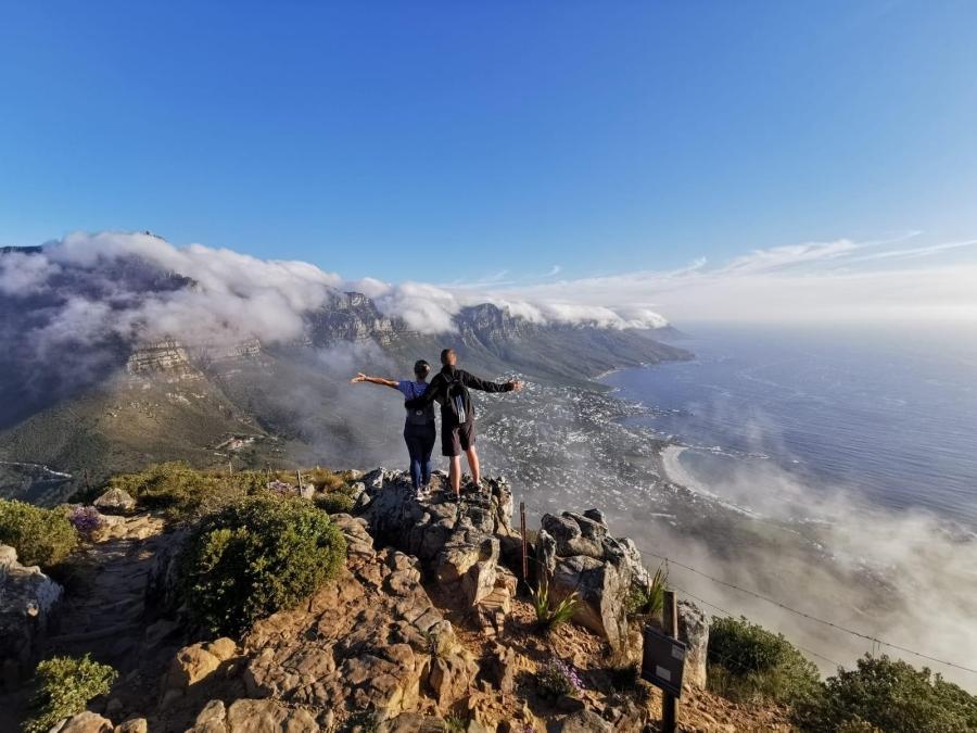 Der Weg ist das Ziel: Jessica und Siegfried am Lions Head angekommen, mit Blick auf den Tafelberg in Wolken gehüllt